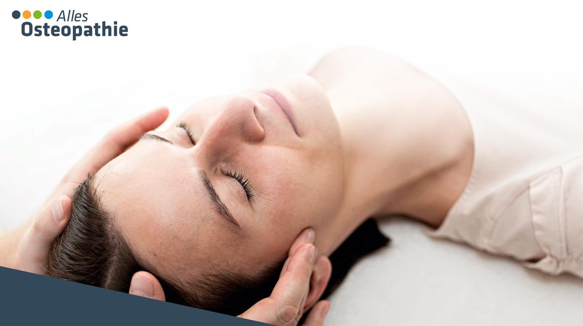 Frau wird mit Osteopathie behandelt